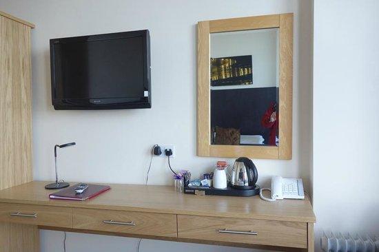 Ellan Vannin Hotel : Tea coffee facilities and the TV