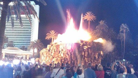 Mirage Volcano : Night show