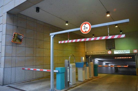 Holiday Inn Express Dresden City Centre: Въезд в паркинг