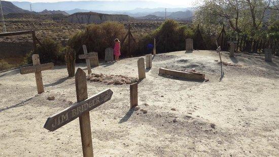 Oasys Mini Hollywood: cementerio minihollywood con vistas desierto de Tabernas, Almería