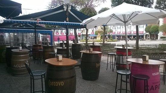 La Taberna De Ivan: Terraza con barriles
