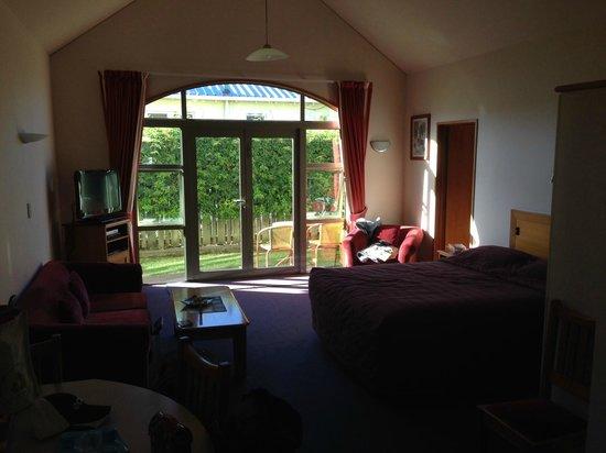 Anchor Inn Motel: living room