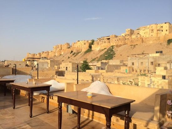 Hotel Shahi Palace: Rofotop with view of fort