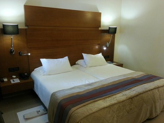Aressana Spa Hotel and Suites : Simple bedroom but clean