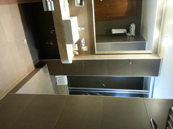 Aressana Spa Hotel and Suites: Clean and Modern Bathroom