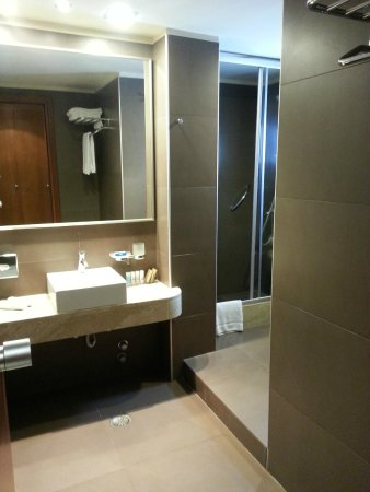 Aressana Spa Hotel and Suites : Clean and Modern Bathroom