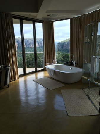 The Gorge Private Game Lodge & Spa : bath with a view