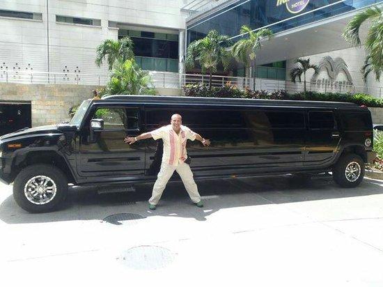 Hard Rock Hotel Panama Megapolis: Con limosina!  Frente al hotel.