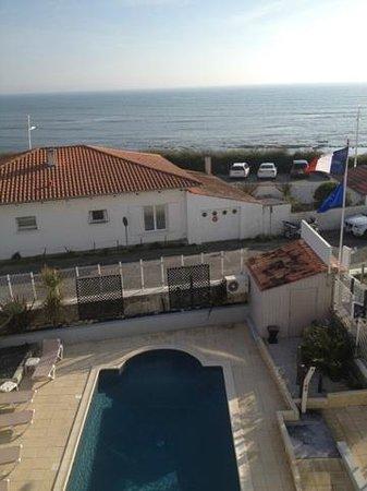 Hotel Face aux Flots : Vue de la chambre sur la piscine et la mer