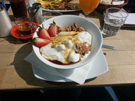 Naschmarkt Deli: cereal with frwsh fruits and yoghurt