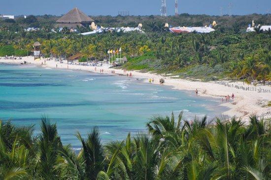 El Dorado Sensimar Riviera Maya: A view down the beach