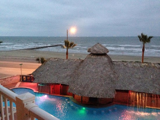 Holiday Inn Express Hotel & Suites Galveston West - Seawall: Bad weather but still pretty!!