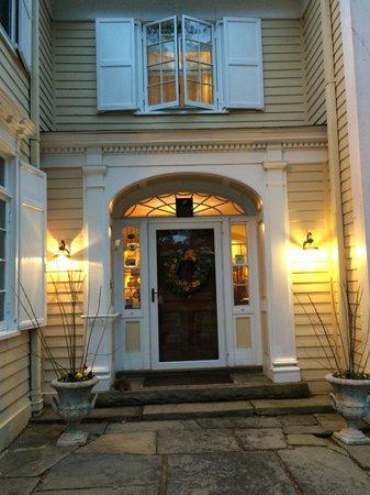 Devonfield Inn: Guest entrance on an April evening