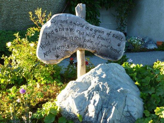 Freda du Faur House B&B: Garden sign