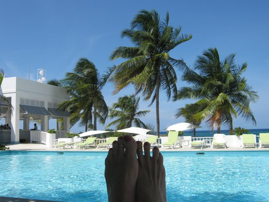 Couples Tower Isle : Relaxing by the pool