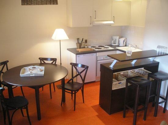Les Appartements Relais de Kergou : cuisine et coin repas d'un appartement