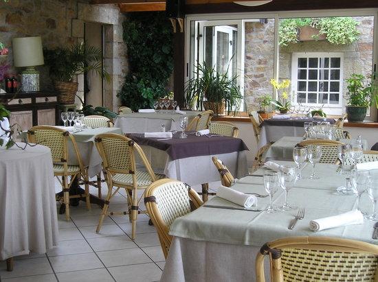 Les Appartements Relais de Kergou : La véranda et son restaurant