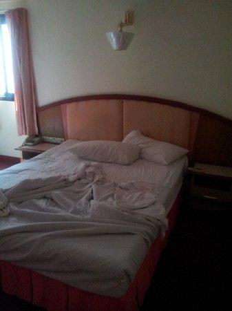 Bavana Hotel : Kein Bett schlafen wie in einer Hängematte. Durchgelegene Madratzen