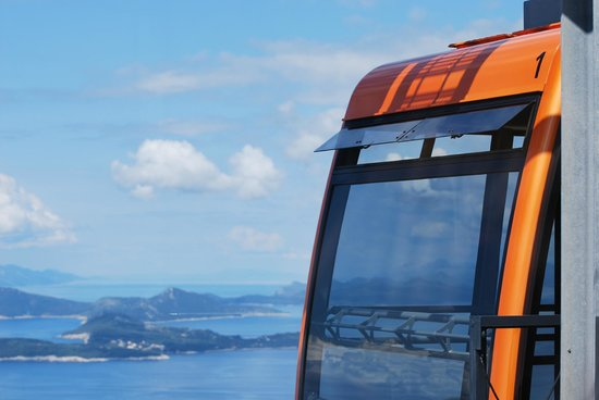 Funiculaire de Dubrovnik : View of cable car at top with island in the distance