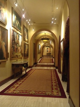 Peermont D'oreale Grande at Emperors Palace: Hallway to casino floor