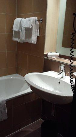 Mercure Hotel München City Center: Bano, pequeno pero suficiente