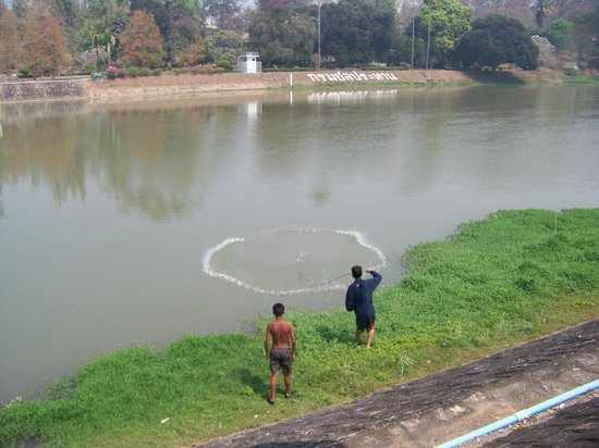 The Mae Ngat Dam & Reservoir: Locals fishing on the Dam