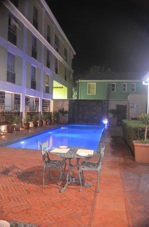 The PortsWood: Muito bem cuidado o hotel tem uma bela piscina