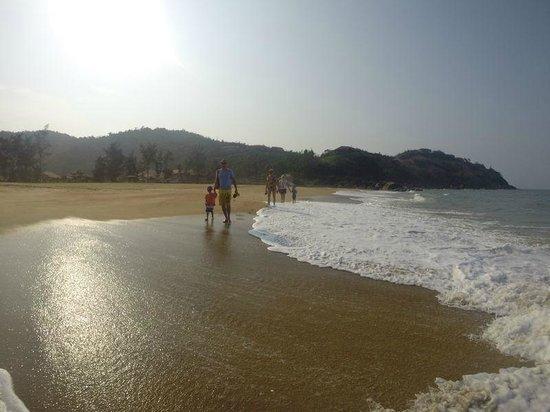 Angsana Lang Co: Lonely beach walk