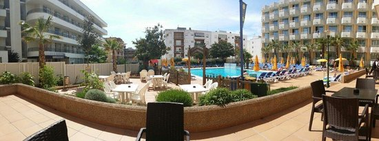 Hotel GHT Oasis Tossa & SPA : Panorama of the pool and lounge areas