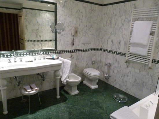 Sina Palazzo Sant'Angelo: Salle de bains (avec baignoire balnéo)