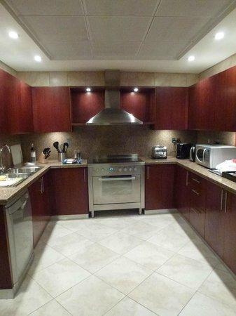 JA Oasis Beach Tower: Kitchen