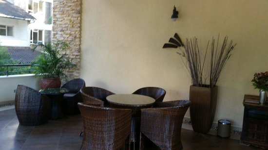 Reata Serviced Apartments: Patio area