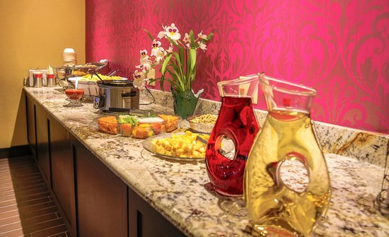 Hampton Inn Dallas North / I-35 East At Walnut Hill: Happy Hour