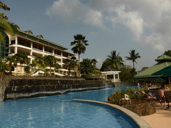 Gamboa Rainforest Resort: Blick vom Pool auf einen Teil des Hotels