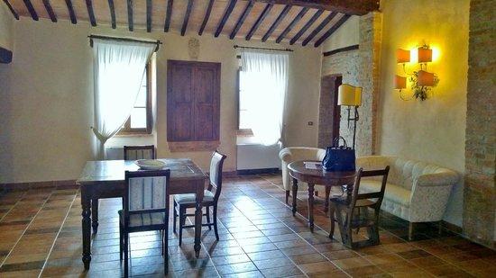 Il Piccolo Castello Hotel: Sala de estar com vista para a praça