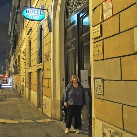 Hotel Katty: Street Entry