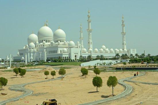 la mosquée Cheikh Zayed depuis l'extérieur
