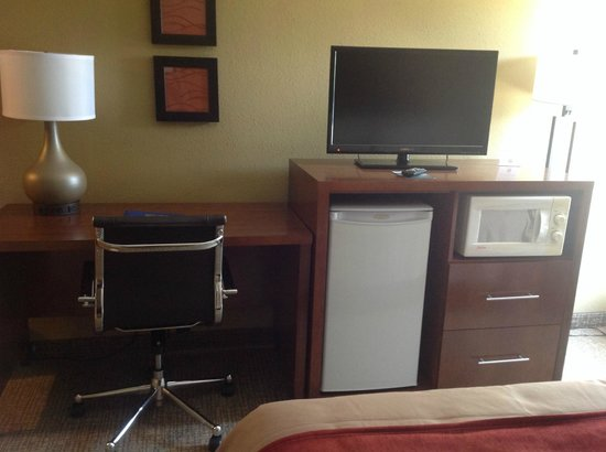 Comfort Inn: All rooms have Desk, Microwave and Fridge