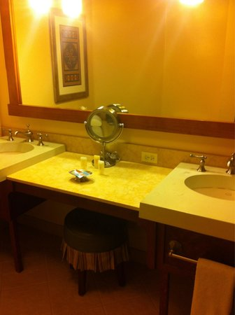 Avila Village Inn: Room 210 bath sinks