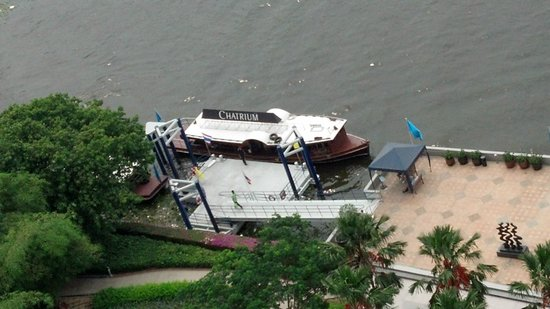 Chatrium Hotel Riverside Bangkok: Looking down on the Hotel's Water Taxi