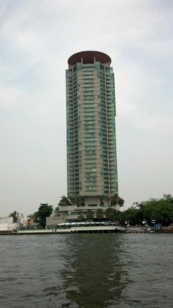 Chatrium Hotel Riverside Bangkok: The hotel from the water taxi