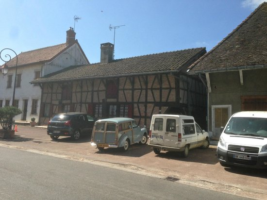 Auberge des Mousquetaires : Handy parking opposite in front of typical old Bresse house