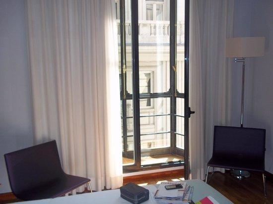 Tryp Madrid Cibeles Hotel: Balcony in the room