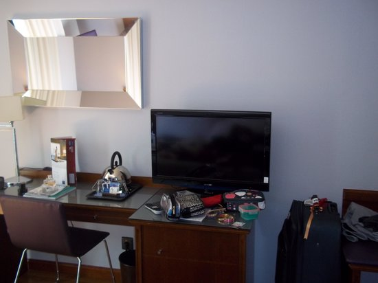Tryp Madrid Cibeles Hotel: Basic TV setup