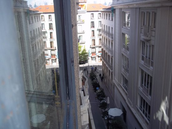 Tryp Madrid Cibeles Hotel: View from the balcony away from Gran Via