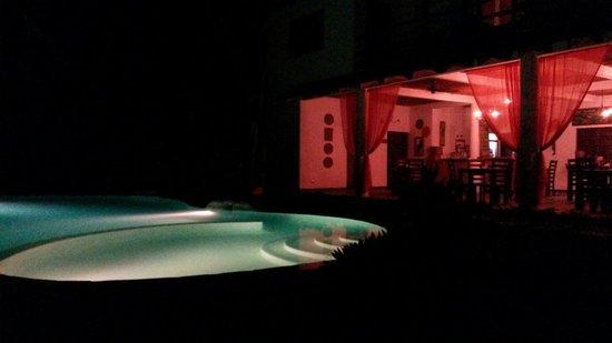 Manala Hotel: La piscina y restaurante muy bonito estar aquí en la noche