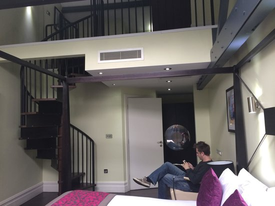 Roomzzz Manchester City: Mezzanine level