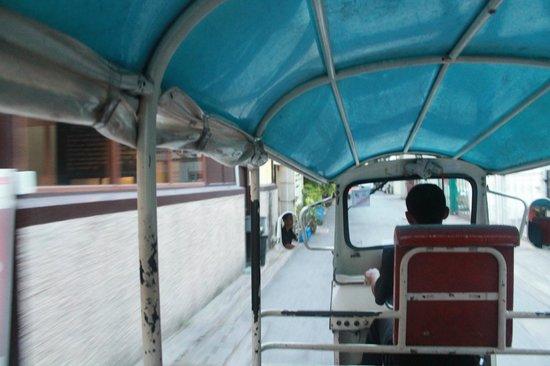 Sukhumvit 12 Bangkok Hotel & Suites: Tuk Tuk personale Hotel