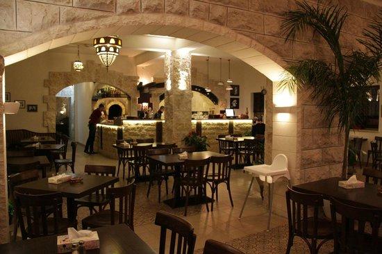Bonjour Restaurant & Cafe : Indoor