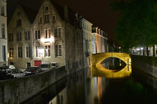 Hotel Ter Brughe: Exterior by night